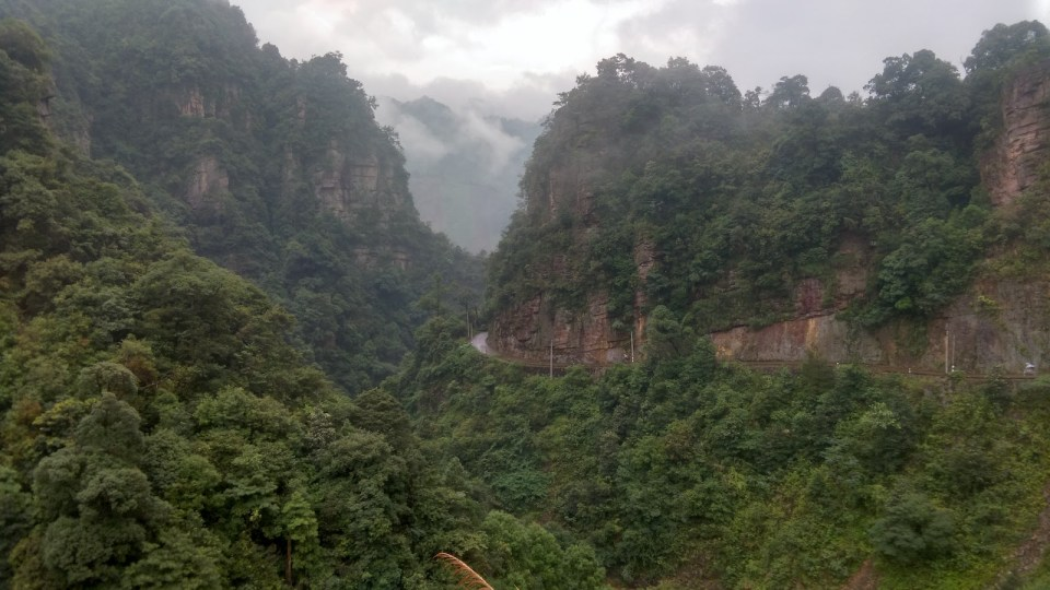 20 公里下山路繞奇岩怪石而建。