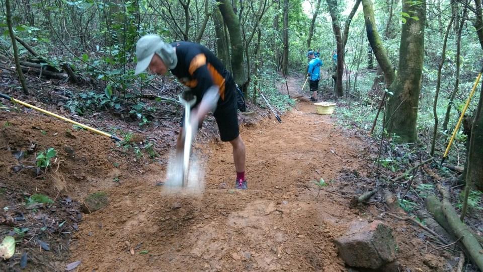 常見的跳台和彎位並非簡單地把泥土堆起就可以,而是用石塊從下(大石)至上(小石)堆起。