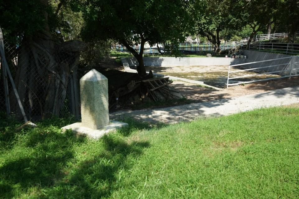 在古蹟「長洲一號界石」前繞過,然後落斜。