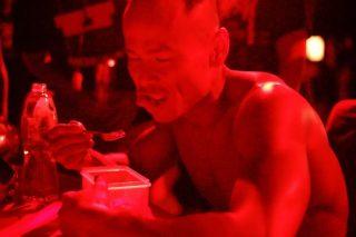 比賽完畢,母親遞上親自泡製的咕嚕肉,劉 Sir 吃得津津有味。