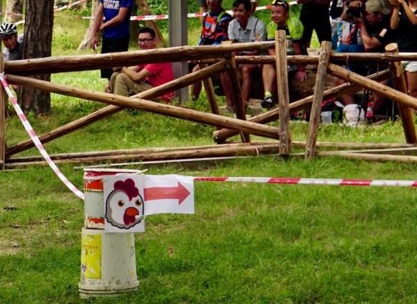賽道中有兩隻雞,分別標示容易但較長的替代路線。