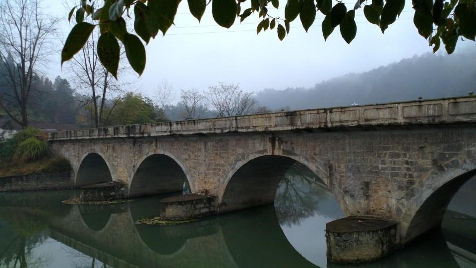 來水上已荒廢的四拱橋。