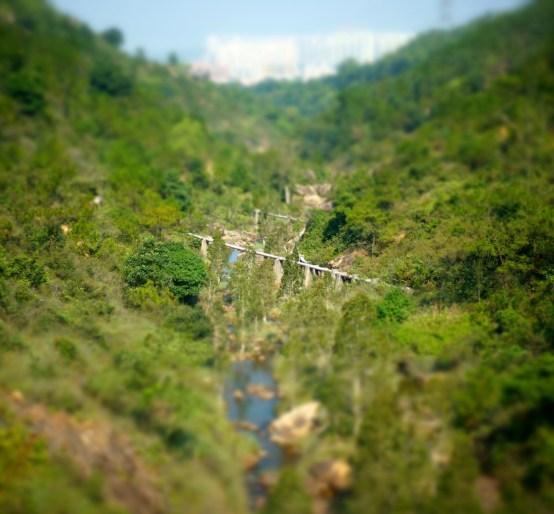 輸水管橫越河床,伸延至下游。