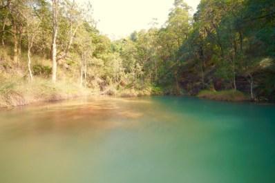 湖水深淺構成斑麗景致。