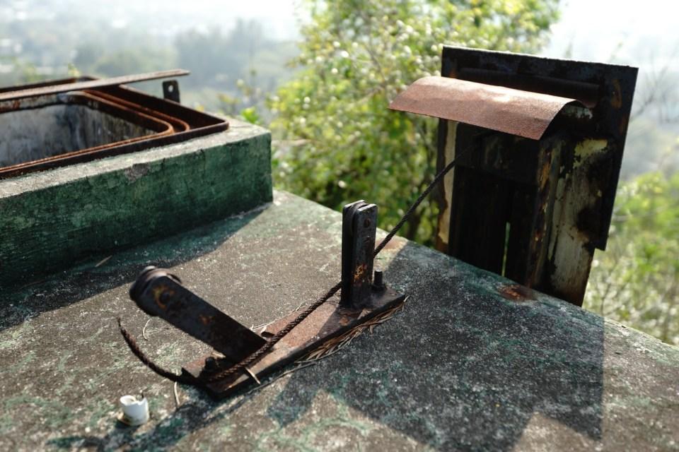 水位尺原理:鋼纜經滑輪透過白色小洞伸入水缸內,一端接上浮物,另一端駁住圓形金屬片,顯示缸內水位。