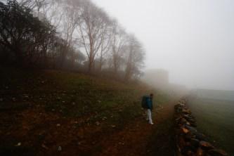 Phortse 被大霧籠罩,勉強只看到幾間房屋。