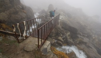 小鐵橋下的潺潺流水,是來自第一個湖的湖水。