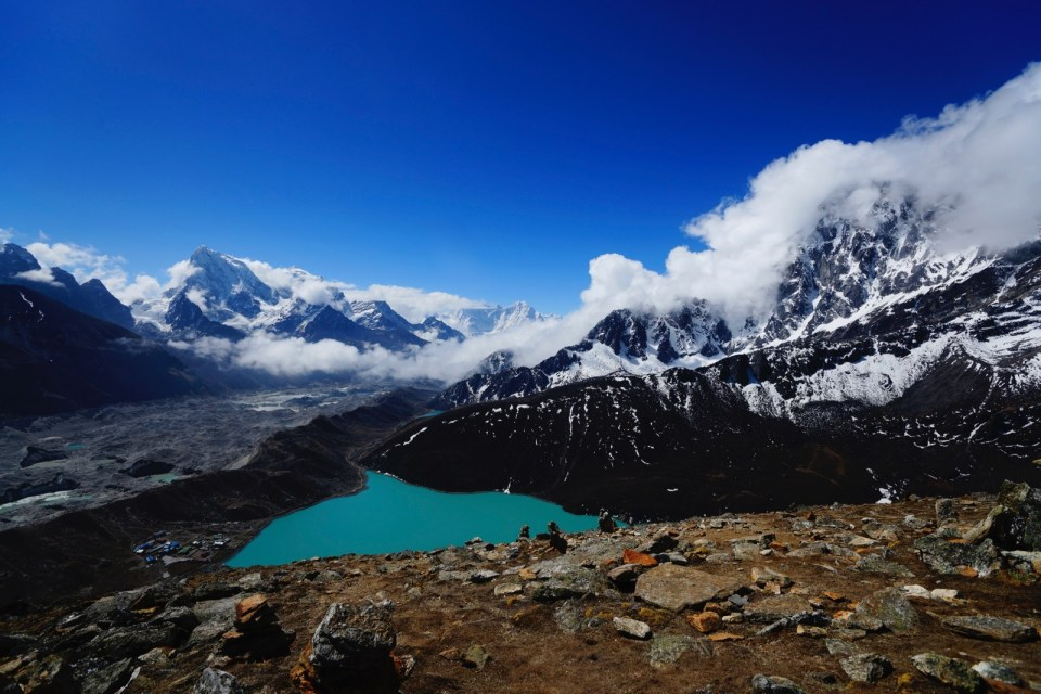 旅程目的地 Gokyo Ri 及 Gokyo Tsho (Lake),左邊是回程要穿過的 Ngozumpa 冰川。