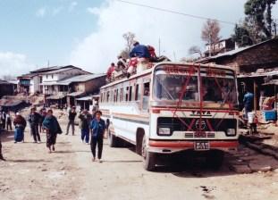 90 年代,我第一次登山,坐這種巴士從加德滿往 Jiri,當時我坐在車頂的行李架上。