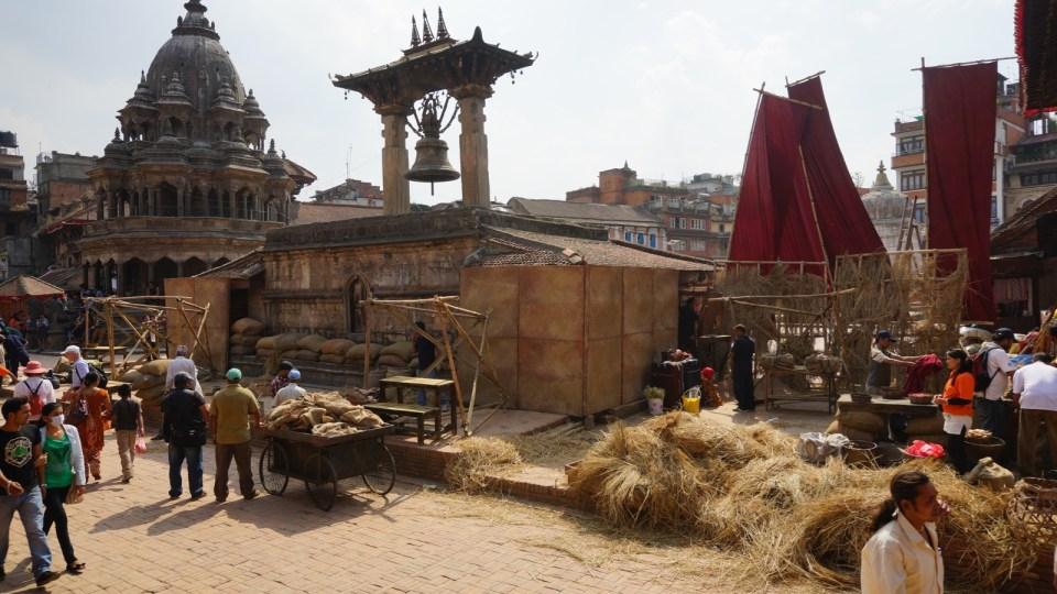 Patan 本來已頗古樸,經過劇組把現代化的建築(例如相中的士多)掩蓋後,廣場回到百多年前模樣。