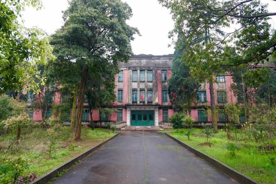 辦公室是仍使用中的蘇聯風格建築物。