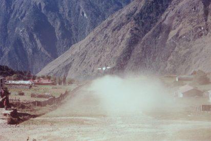 那些年,飛機起飛時先要把泥地(跑道)上的雞和牛趕走。