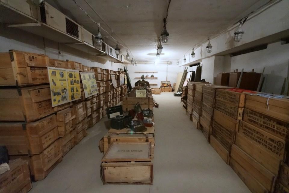核避難所內其中一間房間,裏面放滿救災用品。
