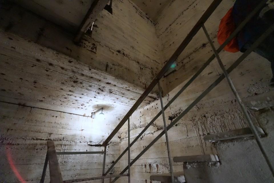 從樓梯向地底下降約 10 米深,就是核避難所所在地。