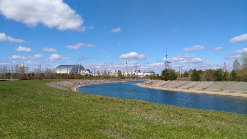 「新石棺」未合上時,遊客只能從半公里以外觀看四號反應堆。