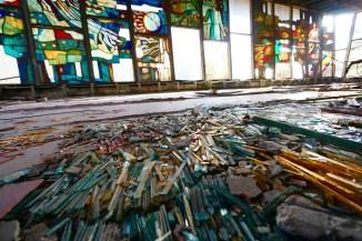 地上有拼砌玻璃畫的玻璃條。