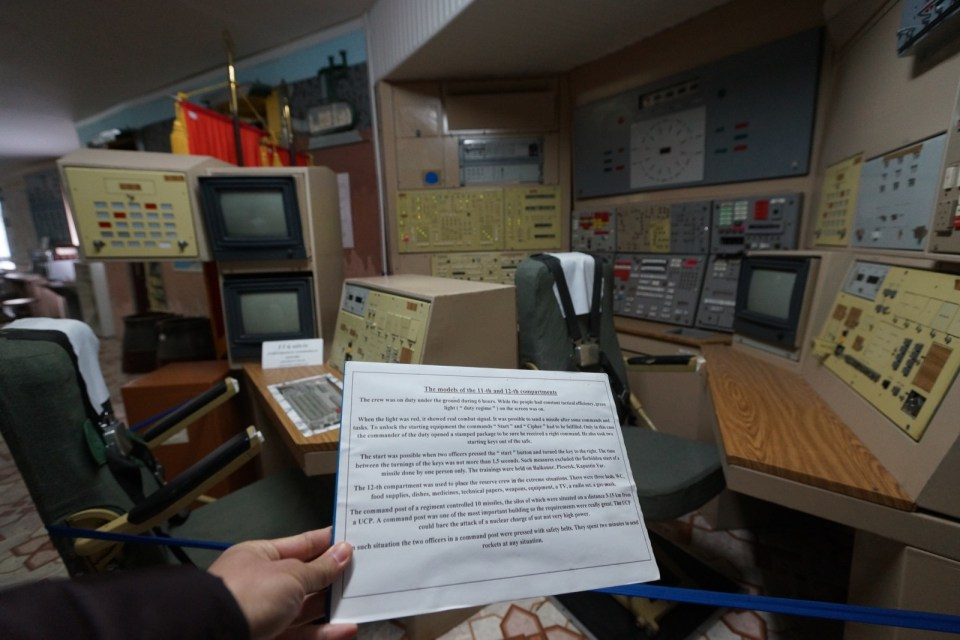 展廳裏有指令室的模型,也有操作說明書。