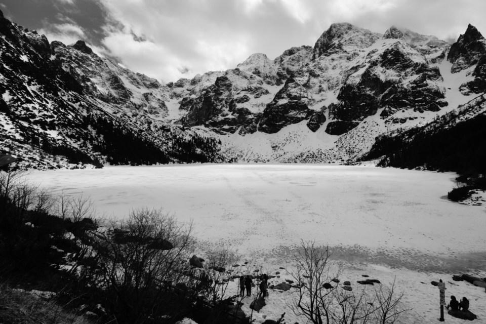 海洋之眼 -- 一片白色平滑的湖面躺在雪山下。