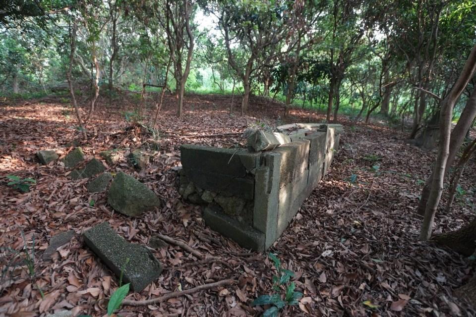 中繼站附近的廢村遺蹟。據資料,該村村民以捕魚及養蠔為主,於八十年代初因附近一帶發展而遷走。