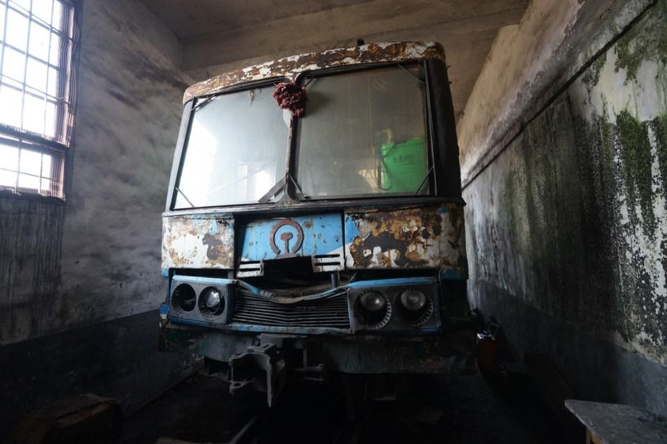 藍白色的「巴士火車」(這是車尾),留意車頭和車尾都有大紅花球。