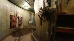 炮彈以電梯運上炮台。