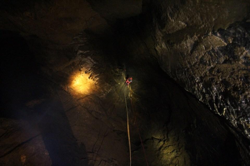 青竹蛇洞 — 秤架溶洞探險記(下) HD video