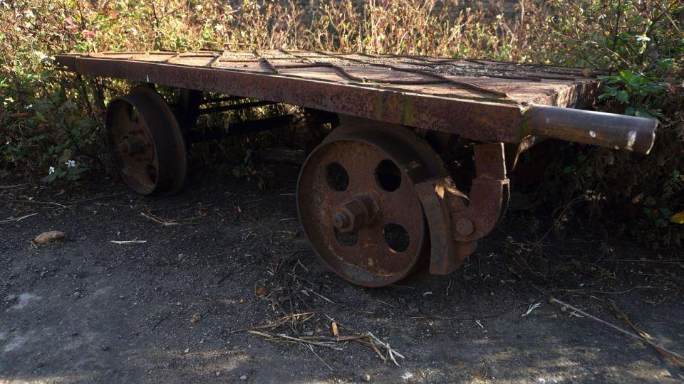只有一台殘破的維修車。