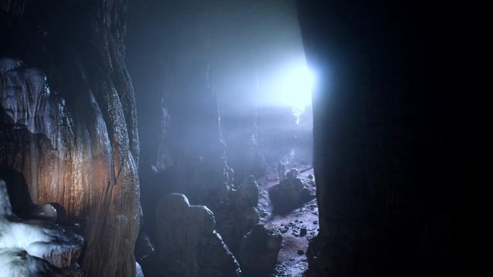 洞口已布滿巨大鐘乳。