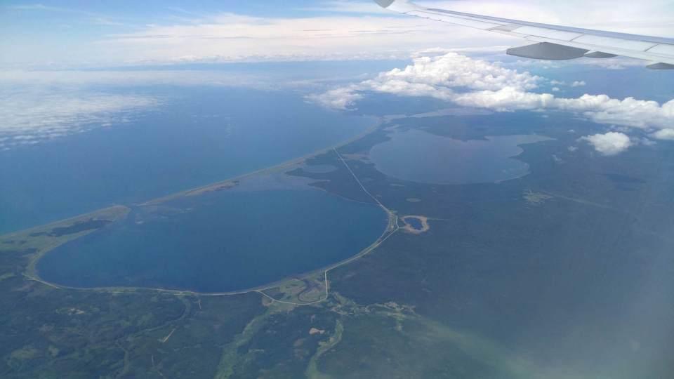 從空中看到三個巨大的臨海湖泊(日治時期名稱(從遠至近):遠淵湖、和愛湖、池邊讚湖)