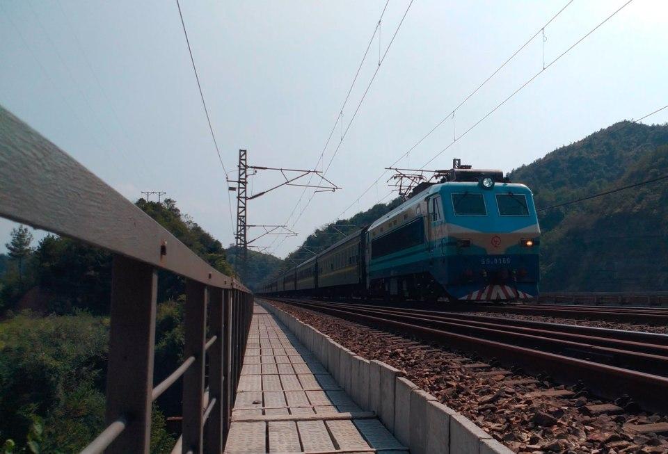 新省界橋看火車。
