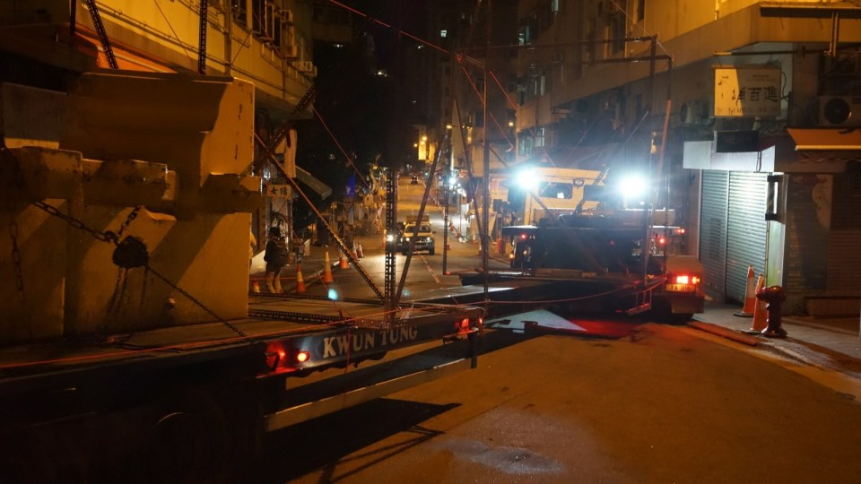 搬運車拖架能夠伸長縮短,當晚因為唔夠位,就地縮短 2 米再試。