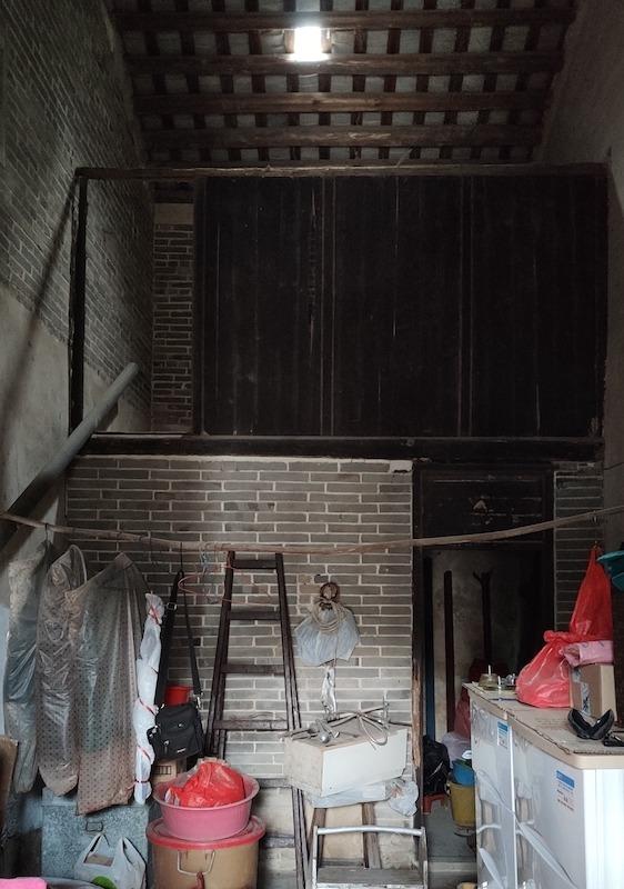 入屋旁邊是灶頭(照片外),直入是臥室。