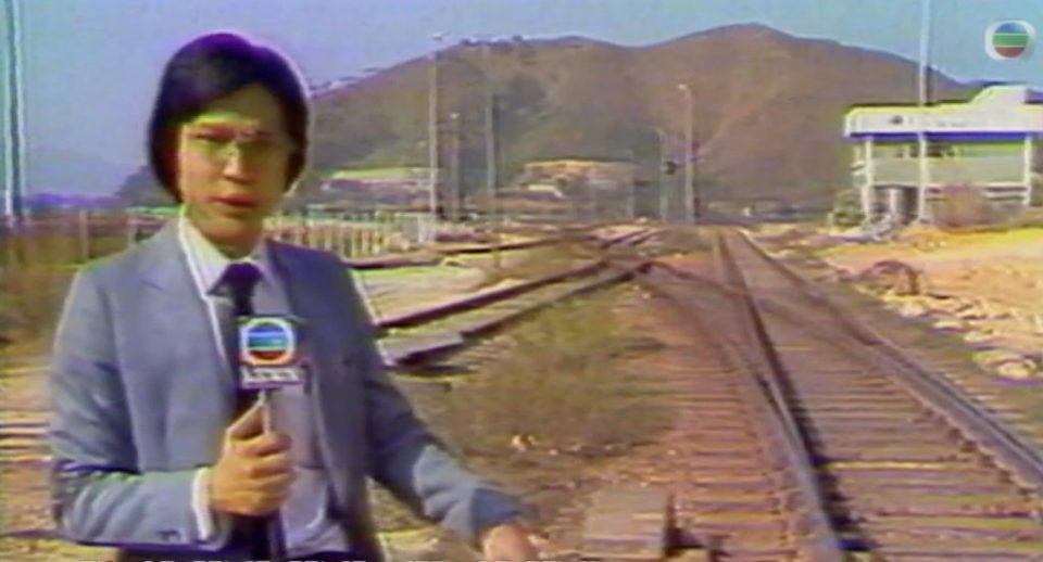 他身後是羅湖編組站,遠處是沙嶺公墓。