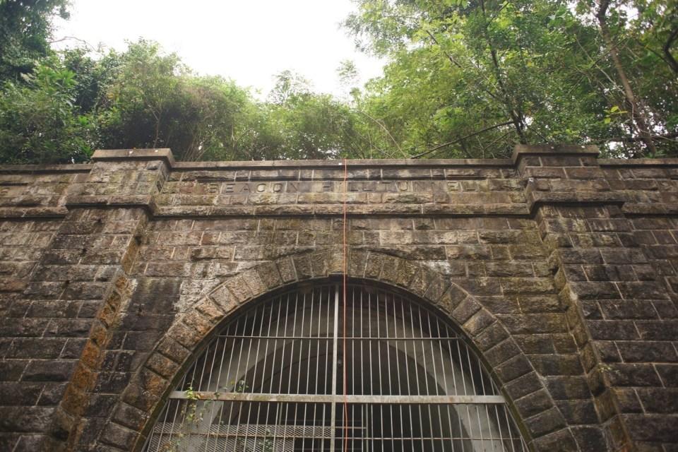 隧道內另有灰白色拱頂,在二戰時加固,令隧道口高度及闊度減少至 5.9 米及 3.7 米。