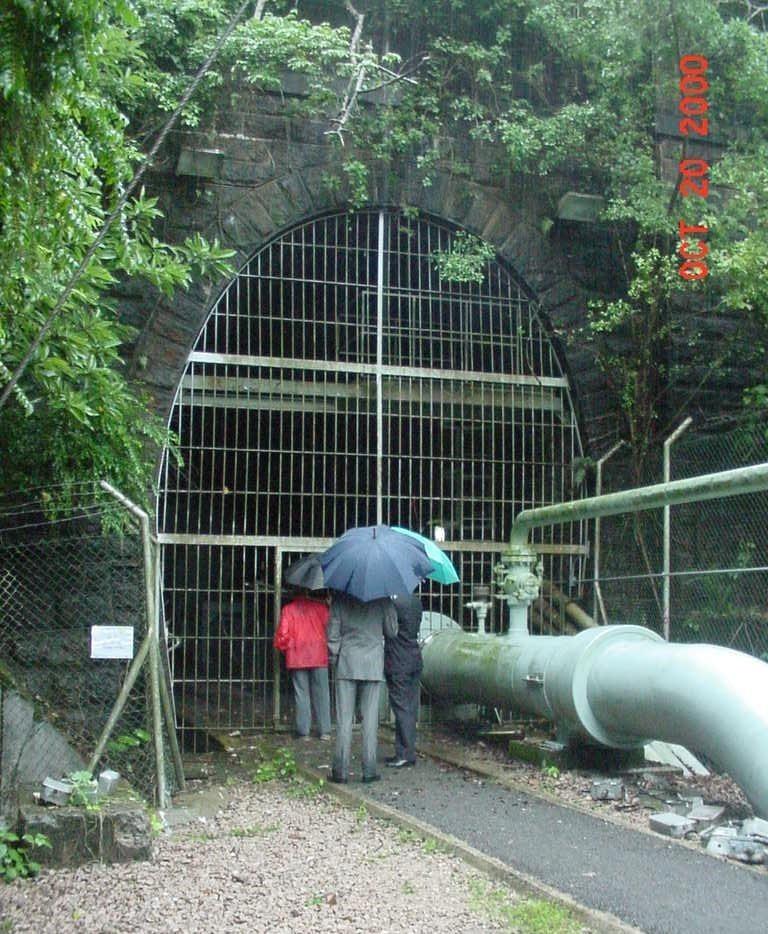 2000 年前九鐵工程師與煤氣公司職員視察沙田入口。(本人提供照片)
