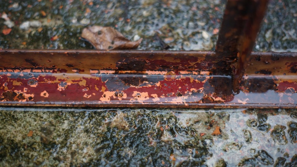清洗及打磨後,看到原來的粉肉色及紅丹。