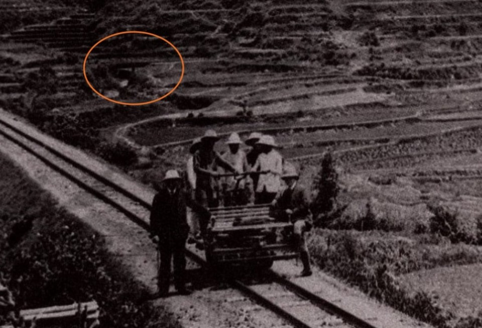 照片隱約看到禾坑火車橋。