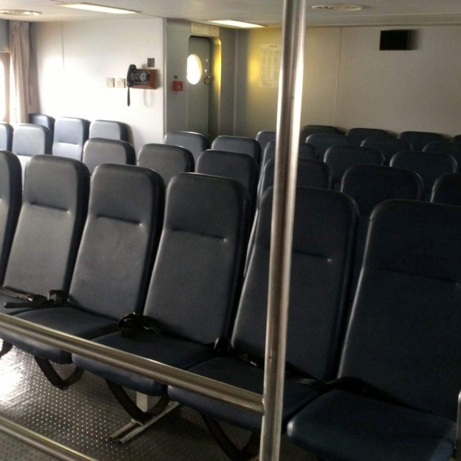 駕駛室後端的乘客艙。