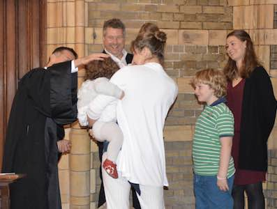 sacrement du baptême- famille autour du pasteur et de l'enfant