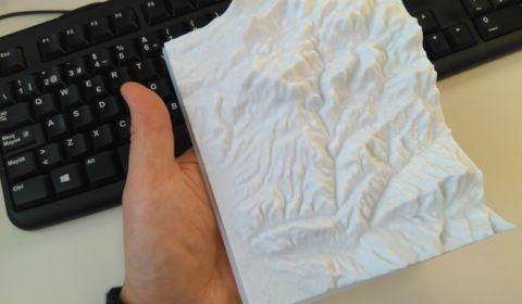 Topografía impresa en la mano