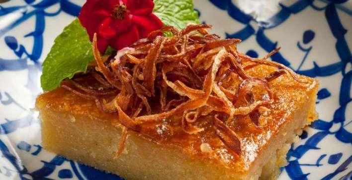 Khanom-Mo-Kaeng-Bolinho-de-coco-molhado-coberto-com-cebola-frita. Title category