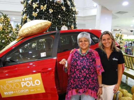2-A-ganhadora-do-Novo-Polo-0KM-Lana-Maria-Correia-Salton-e-a-gerente-de-Marketing-do-Atlantico-Shopping-Catherine-Feix-533x400 Title category
