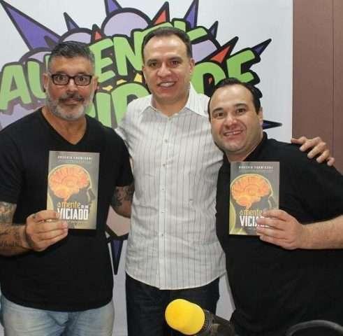 RicardoTofanelo-com-seu-amigo-Bispo-Rogério-Formigoni-e-Alexandre-Frota-apoiando-o-livro-A-Mente-de-Um-Viciado-Im.001-e1534048533256 Title category