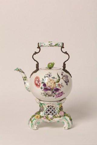 Chaleira-com-réchaud-Manufatura-Real-de-Porcelanas-de-Meissen-Alemanha-c-1760-Foto-Isabella-Matheus-320x480 Title category