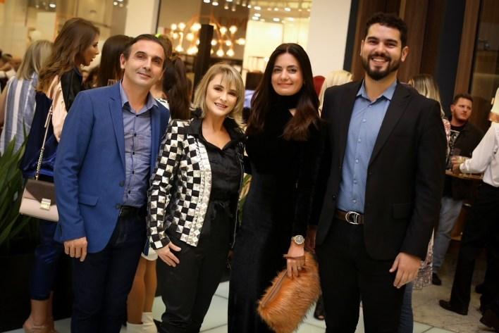 Os-diretores-da-marca-DIMY-Vali-Melo-e-Miriam-Bittencourt-Melo-com-Elizangela-Elizangela-Cardoso-e-Rafael-Almeida-do-Balneário-Shopping-719x480 Title category