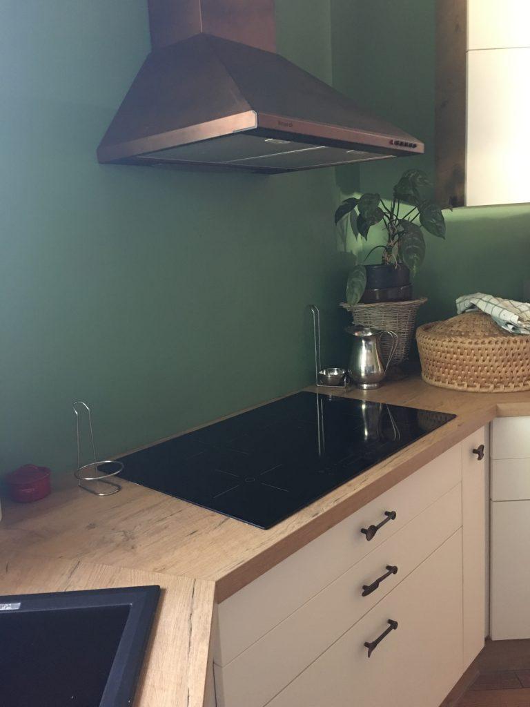 Beépített főzőfelület egy egyszerű konyhabútor esetén