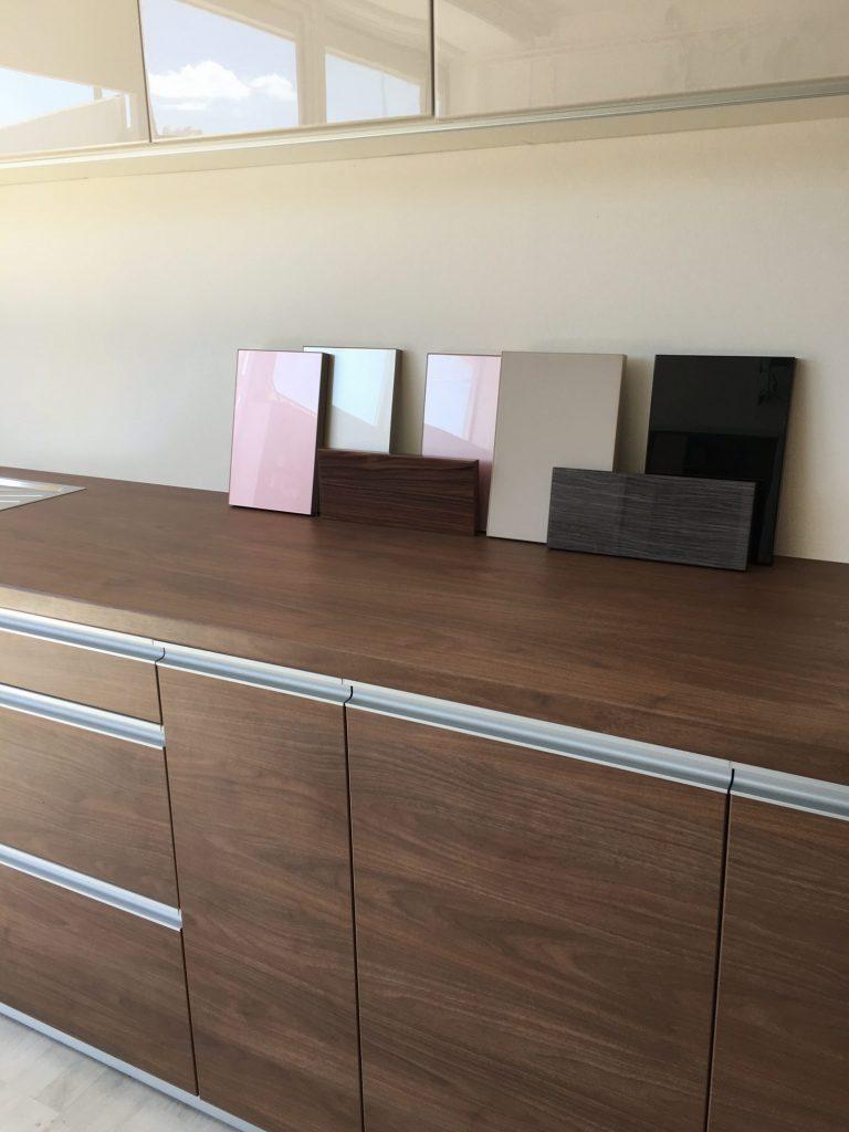 Variációk konyhabútor alsó és felső elemei közé, acryl, üveg, bútorlap...