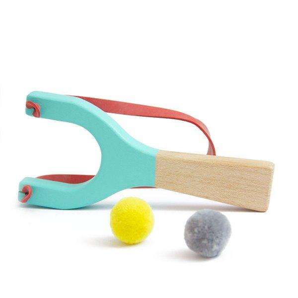 Fisga de brincar em madeira, em Menta, da Me&Mine. Na EhGoom