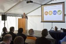 Bei der Einweihung des ersten KEVER-Projektes, einem der größten Solarkraftwerke Nordrhein-Westfalens, erläuterte Markus Mertgens die verschiedenen Möglichkeiten für einen grünen Energiemix aus der Region. Bild: Tameer Gunnar Eden/Eifeler Presse Agentur/epa
