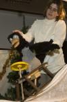 Die Krähe läßt sich zwar von Mama Muh zum Schlittenfahren überreden, will zu Weihnachten aber nur sich selbst etwas schenken. Bild: Michael Thalken/Eifeler Presse Agentur/epa